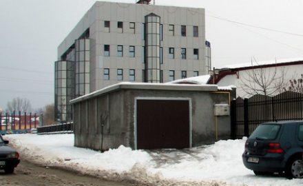 Comisarul Birău şi-a pus garajul în drum