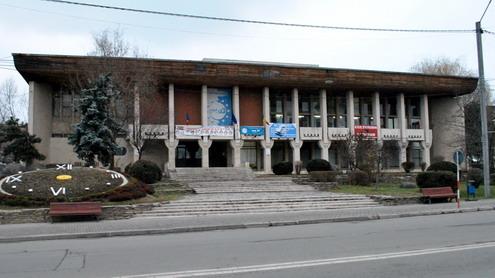 Casa de Cultură Târgu-Jiu, oaie în calea lupilor