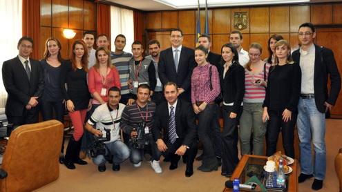 Fotografie de grup cu un fost premier, un fost prefect și mai mulți foști ziariști