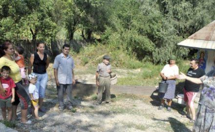 Situație dramatică la Pinoasa. Sătenii, nevoiți să bea apă cu viermi, autoritățile nu fac nimic!