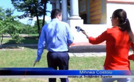 Video: Ministrul Costoiu fuge prin curtea bisericii, de ziariștii care l-au surprins cerșind voturi, la o petrecere pe bani publici!