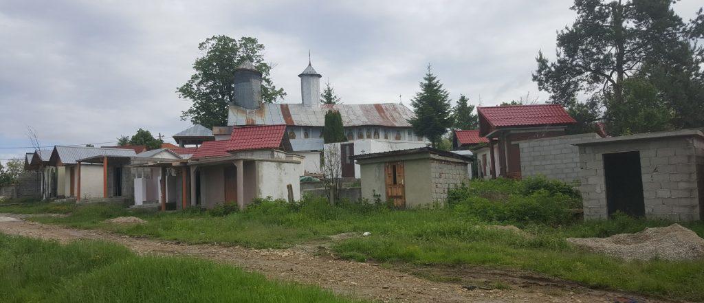 România putredă: lângă Târgu Jiu, morții se-mput la soare, in cotețe – cavou. Video