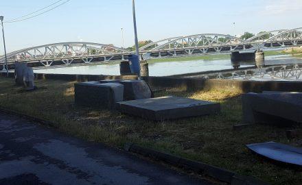 Șase sculpturi evaluate la un milion de euro sunt abandonate de peste 10 luni pe malul Jiului, la Târgu Jiu