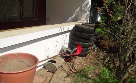 Foto. Cum am convins niște GUNOAIE să strângă gunoaiele din curtea Muzeului de Artă din Târgu Jiu
